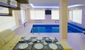 Аренда дома с бассейном посуточно Софиевская Борщаговка - стол возле бассейна
