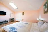 Аренда коттеджа посуточно в Хотяновке, Киевская область! - спальня розовая